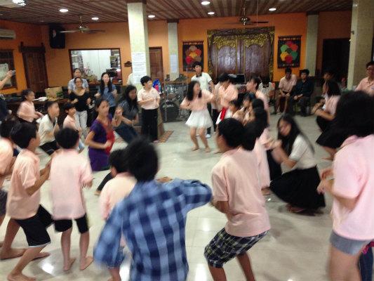 盛り上がるチキンダンス!意外と中学生も楽しそうに踊ってくれました(笑)